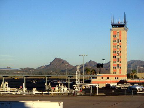 Вид на диспетчерскую башню в аэропорту Тусона