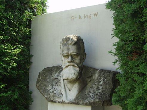 Крупный план надгробия Больцмана с бюстом физика и его формулой энтропии