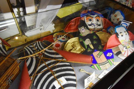 Традиционные змеи с изображением слуги (якко) и цикады
