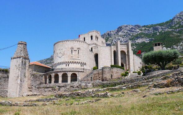 В замке расположены Национальный музей Скандербега и остатки мечети султана Мехмеда Фатиха