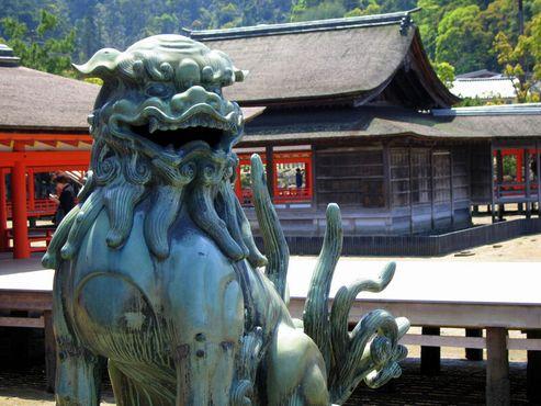 Сиса охраняет храм