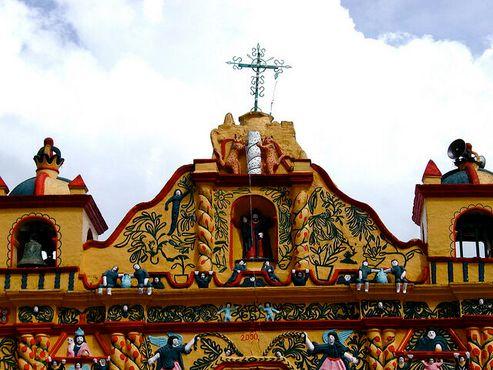 Верх ярко раскрашенной церкви