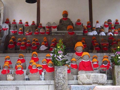 Статуи Дзидзо с нагрудниками