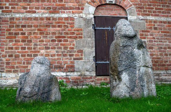 """Невысокая фигура слева известна как """"Heiligen Stein"""" (Священный камень)"""