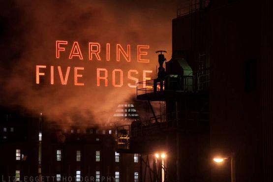 Вывеска «Фарин Файв Роузес» холодной зимней ночью