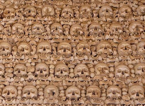 Черепа и бедренные кости монахов
