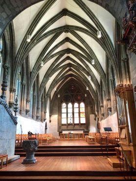 Интерьер собора выдержан в готическом стиле
