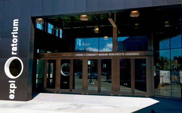 Главный вход в «Эксплораториум» на 15-м пирсе