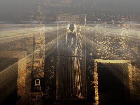 Монумент греческой войны за независимость <<Революция начинается здесь>>