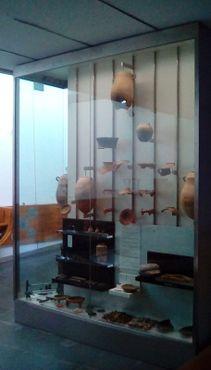 Один из множества высоких шкафов для артефактов