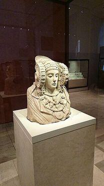 Скульптура на фоне музейного зала