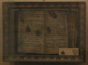 Огненные отпечатки пальцев покойного Иосифа Шитца, когда 21 декабря 1838 года он прикоснулся правой рукой к (немецкому) молитвеннику своего брата Георга в Сарральбе (Лоррейн). Покойный обратился с просьбой о молитве в искупление недостатка благочестия во время земной жизни