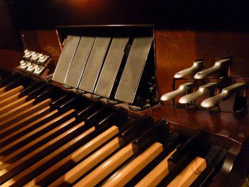 Педали «Могучего Вурлитцера» в Музыкальном зале