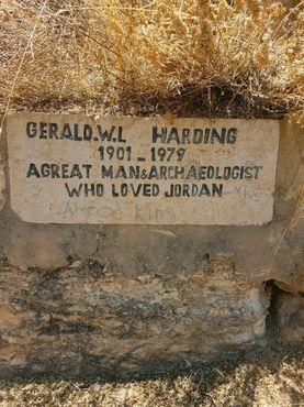 Единственный памятник Хардингу. Возможно, вам придётся оборвать густую траву, закрывающую табличку