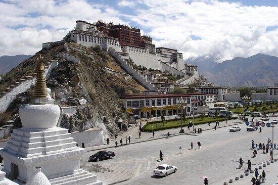 Через улицу находится дворец Потала, культовое историческое сооружение Лхасы, в котором до 1959 года находилась резиденция Далай-ламы