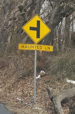 Дорожный знак на пересечении Стейт-Роуд и Призрачного переулка
