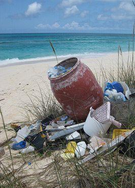 Мусор скапливается на багамском пляже, возвышаясь над Атлантикой