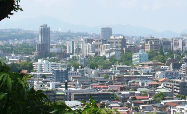 Вид на город Сендай. Статуя богини Каннон на холме на заднем плане