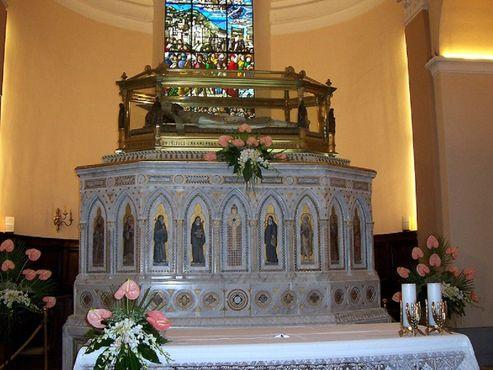 Саркофаг с телом святого Убальдо на Алтаре