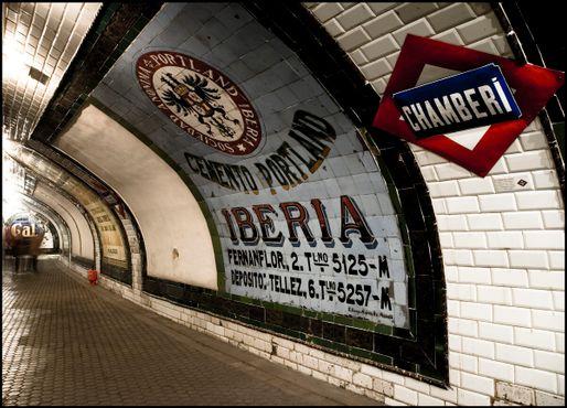 Ряд причудливых объявлений в метро