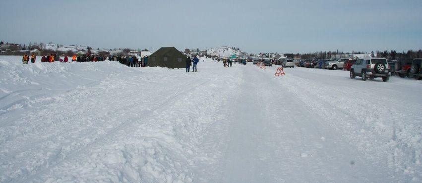 Парковка на Большом Невольничьем озере. Около 1 000 транспортных средств, 25 марта 2012 года