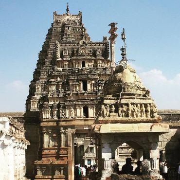 Храм Вирупакша - единственный используемый храм. Есть мнение, что подземные виадуки и хранилища заполнены драгоценными камнями и драгоценностями.