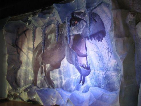 Тираннозавр в обледеневшей пещере