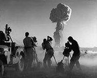 «Атомные» кинооператоры снимают испытание атомной бомбы
