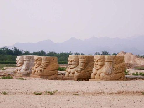 Статуи у гробниц империи Западная Ся