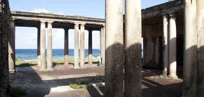 Колонны на фоне моря