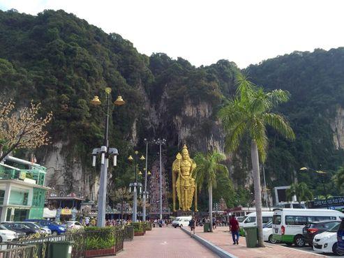 Божество Муруган у входа в пещеры Бату