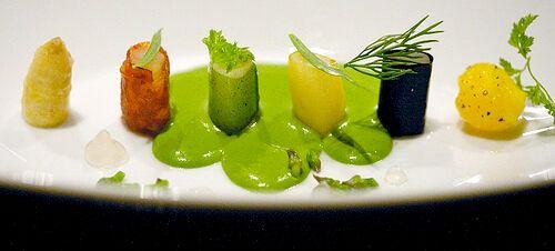 Белая спаржа, чоризо, зелень, желток перепелиного яйца
