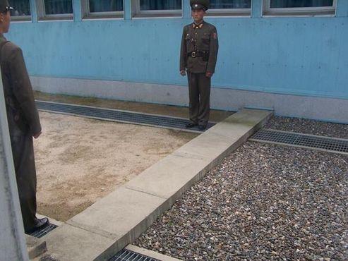 Демаркационная линия на границе двух стран