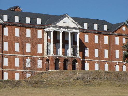 Здание Пэрри Санатория Деджарнетта, в котором раньше было 171 спальное место