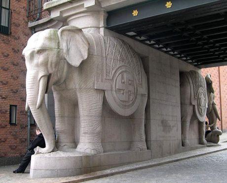 Каждая статуя слона украшена свастикой на левом боку и инициалами детей пивовара на правом
