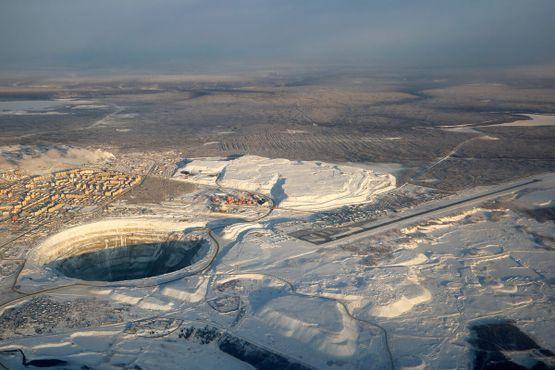 Вид свысока на город Мирный и рудник