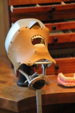 Пугающая стоматологическая модель