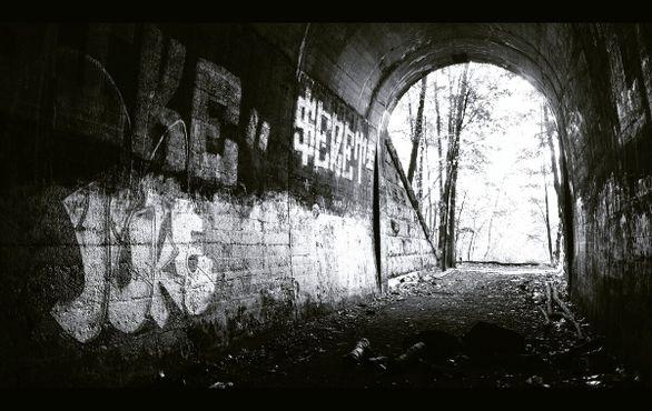 Здесь видно несколько неплохих граффити. Это главный вход в туннель