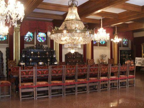 В банкетном зале висят девять хрустальных люстр, самая большая из которых освещается 105 лампами