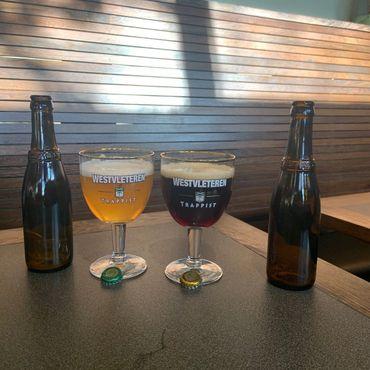 """Слева направо: пиво марок """"Блонд"""" и """"12"""". Пивоварней Вествлетерен не используются этикетки - бутылки различаются только по крышкам"""