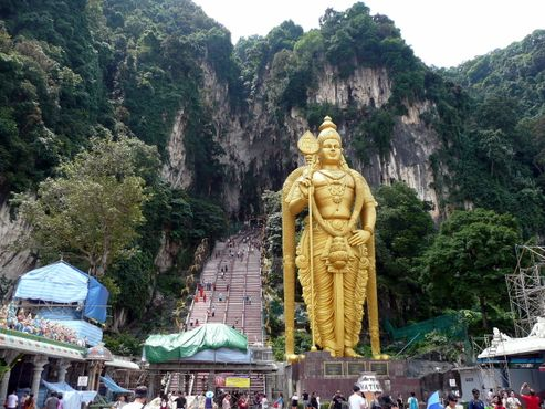 Вход в пещеры Бату со статуей Муругана