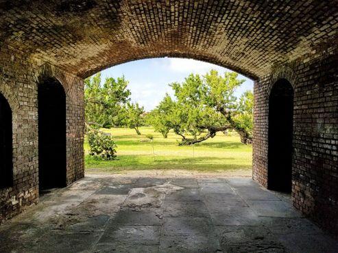 Повсюду арки, ведущие к центру форта