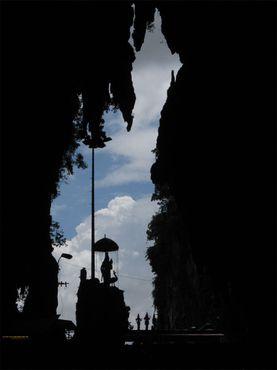 Проем главной пещеры в форме копья, вид изнутри