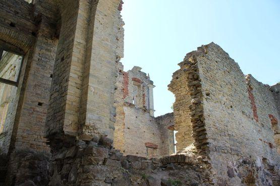 Крупный план разрушенных стен