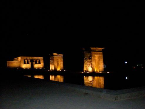 Храм Дебод ночью