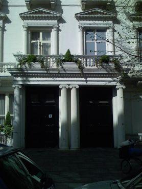 Слева - это жилое здание (№22), справа - лишь фасад