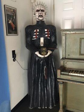 Полноразмерная статуя Пинхеда