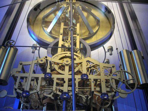Астрономические часы состоят из 15 448 движущихся деталей