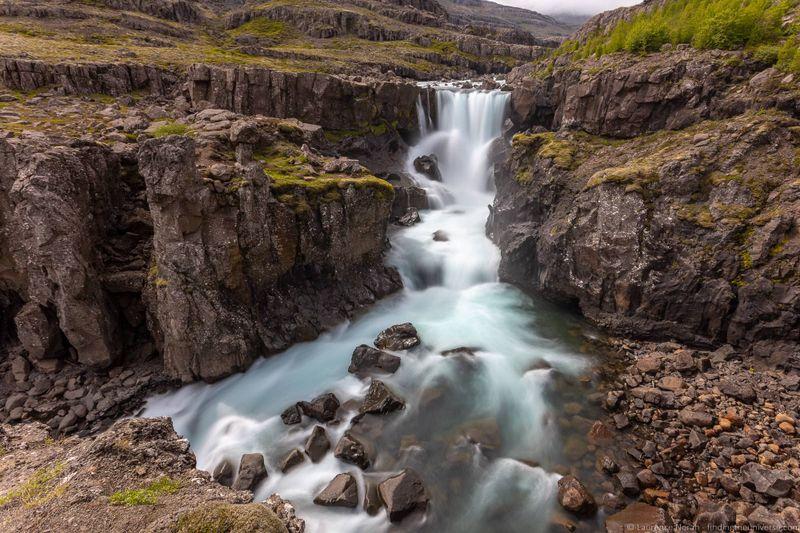 водопады Исландии 25 лучших водопадов Исландии aHR0cHM6Ly93d3cuZmluZGluZ3RoZXVuaXZlcnNlLmNvbS93cC1jb250ZW50L3VwbG9hZHMvMjAxOC8wOC9TdmVpbnNzdGVra3Nmb3NzLXdhdGVyZmFsbC1JY2VsYW5kX2J5X0xhdXJlbmNlLU5vcmFoLmpwZw