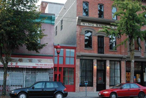 Оригинальный вход в Винг Санг-билдинг. На 2 этаже та самая «дверь в никуда». Слева коридор на Рыночную аллею